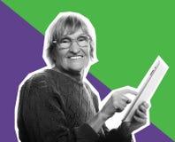 Ανώτερη ευτυχής γυναίκα που χρησιμοποιεί ipad στοκ φωτογραφία με δικαίωμα ελεύθερης χρήσης