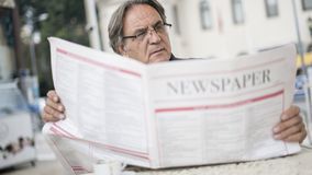 Ανώτερη εφημερίδα ανάγνωσης ατόμων υπαίθρια Στοκ φωτογραφία με δικαίωμα ελεύθερης χρήσης