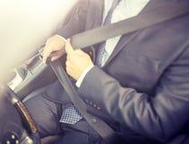 Ανώτερη ζώνη ασφαλείας αυτοκινήτων επιχειρηματιών στερεώνοντας στοκ εικόνες