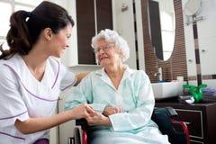 Ανώτερη ηλικιωμένη γυναίκα με τη νοσοκόμα στοκ εικόνες