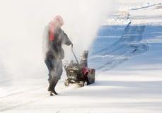 Ανώτερη κίνηση καθαρίσματος γυναικών με snowblower Στοκ φωτογραφία με δικαίωμα ελεύθερης χρήσης