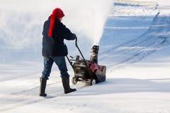Ανώτερη κίνηση καθαρίσματος γυναικών με snowblower Στοκ εικόνες με δικαίωμα ελεύθερης χρήσης