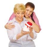 Ανώτερη και νέα γυναίκα με το δώρο στοκ εικόνα