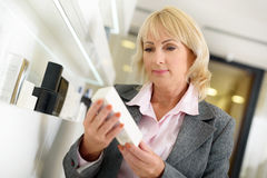 Ανώτερη κυρία που επιλέγει cosmetology στο κατάστημα Στοκ εικόνες με δικαίωμα ελεύθερης χρήσης