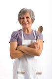 Ανώτερη κυρία που κρατά ένα ξύλινο κουτάλι στοκ φωτογραφία με δικαίωμα ελεύθερης χρήσης