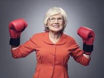 Ανώτερη κυρία στα εγκιβωτίζοντας γάντια Στοκ Φωτογραφίες