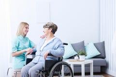 Ανώτερη κυρία στην αναπηρική καρέκλα στοκ εικόνες με δικαίωμα ελεύθερης χρήσης