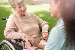 Ανώτερη κυρία στην αναπηρική καρέκλα στοκ εικόνα
