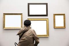 Ανώτερη κυρία στο γκαλερί τέχνης Στοκ Εικόνες