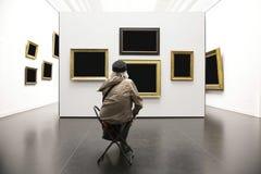 Ανώτερη κυρία στο γκαλερί τέχνης Στοκ Φωτογραφίες