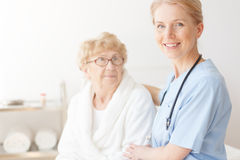 Ανώτερη κυρία στο σπίτι με τη νοσοκόμα στοκ εικόνα με δικαίωμα ελεύθερης χρήσης