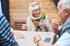 Ανώτερη κυρία Playing Cards με τους φίλους Στοκ Φωτογραφίες