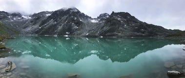 Ανώτερη λίμνη καλάμων που απεικονίζει τα βουνά στοκ φωτογραφία