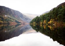 Ανώτερη λίμνη Glendalough το φθινόπωρο στοκ φωτογραφία με δικαίωμα ελεύθερης χρήσης