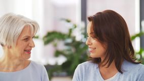 Ανώτερη μητέρα που μιλά στην ενήλικη κόρη στο σπίτι απόθεμα βίντεο