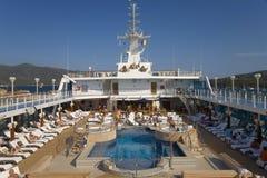 Ανώτερη πισίνα γεφυρών του κρουαζιερόπλοιου της Ωκεανίας διακριτικών καθώς ταξιδεύει το μεσογειακό ωκεανό, Ευρώπη Στοκ Φωτογραφία
