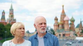 Ανώτερη στάση ζευγών στην κάθοδο βασιλικού ` s που κοιτάζει γύρω από την πόλη Συνταξιούχοι που ταξιδεύουν στη Μόσχα, Ρωσία απόθεμα βίντεο