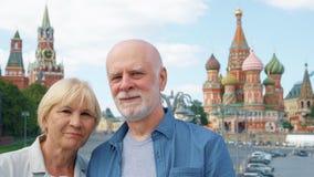 Ανώτερη στάση ζευγών στο υπόβαθρο του καθεδρικού ναού βασιλικού ` s του ST και του πύργου ρολογιών του Κρεμλίνου στη Μόσχα, Ρωσία φιλμ μικρού μήκους