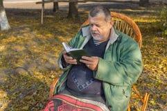 Ανώτερη συνεδρίαση ατόμων στην ψάθινη καρέκλα Στοκ φωτογραφία με δικαίωμα ελεύθερης χρήσης