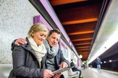 Ανώτερη συνεδρίαση ζευγών στην υπόγεια πλατφόρμα, αναμονή Στοκ Εικόνες