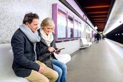 Ανώτερη συνεδρίαση ζευγών στην υπόγεια πλατφόρμα, αναμονή Στοκ φωτογραφίες με δικαίωμα ελεύθερης χρήσης