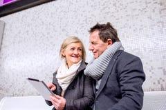 Ανώτερη συνεδρίαση ζευγών στην υπόγεια πλατφόρμα, αναμονή Στοκ Εικόνα