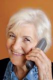 ανώτερη τηλεφωνική γυναίκ Στοκ Φωτογραφία