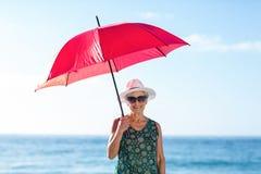 Ανώτερη τοποθέτηση γυναικών με μια ομπρέλα Στοκ Φωτογραφία