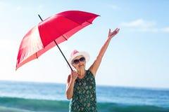 Ανώτερη τοποθέτηση γυναικών με μια ομπρέλα Στοκ Εικόνες