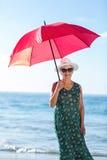Ανώτερη τοποθέτηση γυναικών με μια ομπρέλα Στοκ φωτογραφία με δικαίωμα ελεύθερης χρήσης