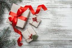 Ανώτερη, τοπ άποψη, μερικοί, χριστουγεννιάτικο δώρο τρία σε ένα ξύλινο αγροτικό υπόβαθρο Στοκ φωτογραφία με δικαίωμα ελεύθερης χρήσης