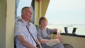 Ανώτερη χαλάρωση ζεύγους στο ταξίδι βαρκών απόθεμα βίντεο