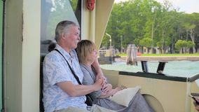 Ανώτερη χαλάρωση ζεύγους στο ταξίδι βαρκών φιλμ μικρού μήκους