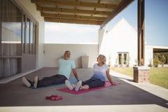 Ανώτερη χαλάρωση ζευγών στο χαλί άσκησης Στοκ Φωτογραφία