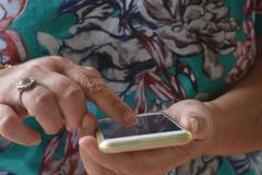 Ανώτερη χρησιμοποίηση η οθόνη επαφής ενός κινητού τηλεφώνου, υπαίθρια στοκ εικόνες με δικαίωμα ελεύθερης χρήσης