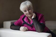 Ανώτερη όμορφη γυναίκα στο σπίτι Στοκ Εικόνες