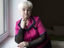 Ανώτερη όμορφη γυναίκα στο σπίτι Στοκ Εικόνα