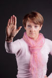 Ανώτερη gesturing στάση γυναικών Στοκ Εικόνα