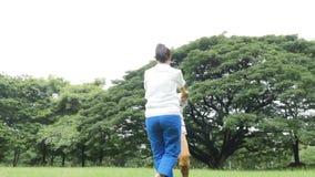 Ανώτεροι άνθρωποι ζευγών που στηρίζονται στο πάρκο με την ευτυχή συγκίνηση φιλμ μικρού μήκους
