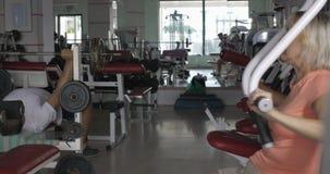 Ανώτεροι άνθρωποι που εκπαιδεύουν στους γυμναζομένους στη γυμναστική απόθεμα βίντεο