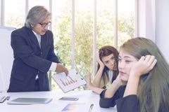 Ανώτεροι διευθυντές που σκέφτονται και που συναντιούνται με την επιχειρησιακή ομαδική εργασία στοκ εικόνα με δικαίωμα ελεύθερης χρήσης