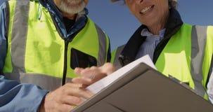 Ανώτεροι εθελοντές που αλληλεπιδρούν ο ένας με τον άλλον στην παραλία 4k φιλμ μικρού μήκους