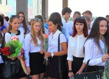 Ανώτεροι μαθητές κοριτσιών σε έναν σοβαρό κυβερνήτη την 1η Σεπτεμβρίου Στοκ Φωτογραφίες