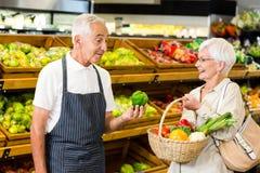 Ανώτεροι πελάτης και εργαζόμενος που συζητούν τα λαχανικά Στοκ εικόνες με δικαίωμα ελεύθερης χρήσης