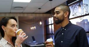 Ανώτεροι υπάλληλοι που αλληλεπιδρούν ο ένας με τον άλλον ενώ έχοντας τον καφέ 4k απόθεμα βίντεο