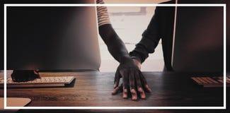 Ανώτεροι υπάλληλοι που κρατούν τα χέρια στο γραφείο τους στοκ φωτογραφία με δικαίωμα ελεύθερης χρήσης