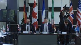 Ανώτεροι υπάλληλοι που προετοιμάζονται για τη διεθνή σύνοδο κορυφής απόθεμα βίντεο