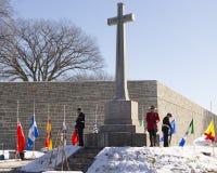 Ανώτεροι υπάλληλοι που στέκονται τη φρουρά στο σταυρό της θυσίας στοκ εικόνα με δικαίωμα ελεύθερης χρήσης