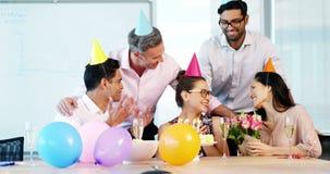 Ανώτεροι υπάλληλοι που γιορτάζουν γενέθλια συναδέλφων απόθεμα βίντεο