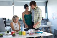 Ανώτεροι υπάλληλοι που εξετάζουν swatch σκιάς χρώματος Στοκ φωτογραφία με δικαίωμα ελεύθερης χρήσης